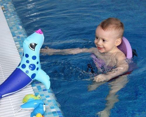 9. El bebé ya no necesita la ayuda de su madre en el agua