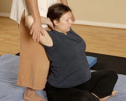 7. Estirar la parte superior de la espalda de la embarazada