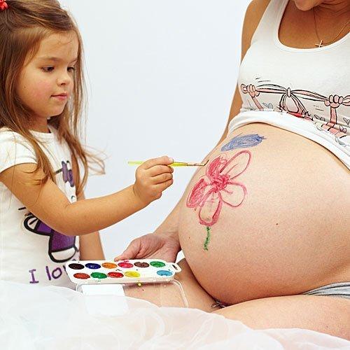 Una flor en la barriga de la embarazada