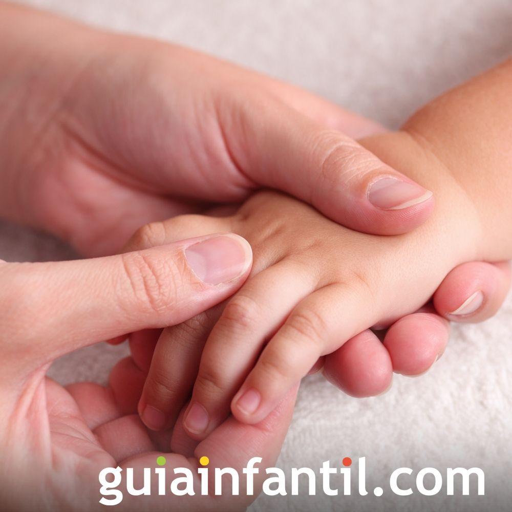 Paso 7. Haz un masaje en las manos del bebé
