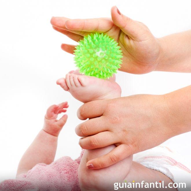 9. Masajea todo el cuerpo del bebé con una pelota