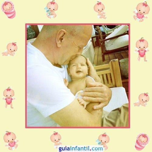 El actor Bruce Willis besa a la pequeña Mabel Ray