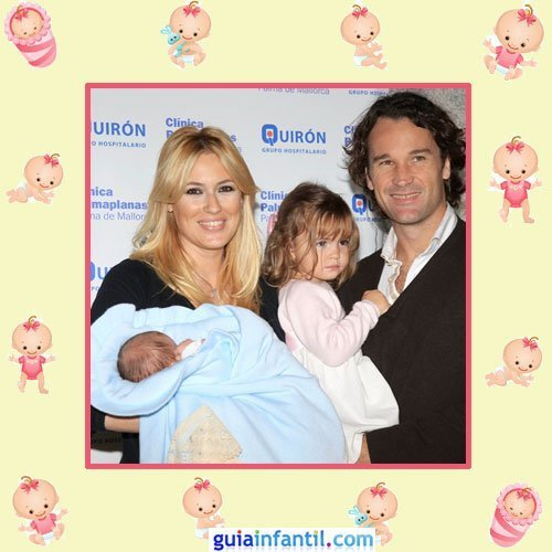 Carolina Cerezuela y Carlos Moya con la recién nacida Carla