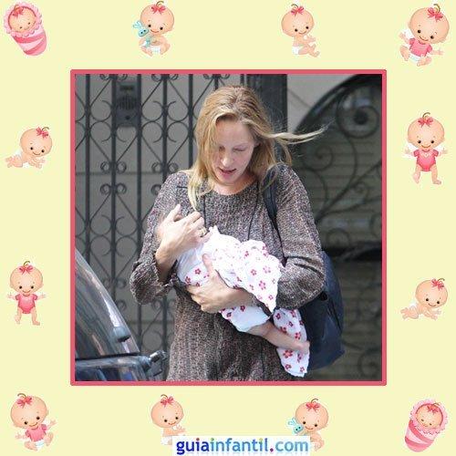 La actriz Uma Thurman con la pequeña Rosalind