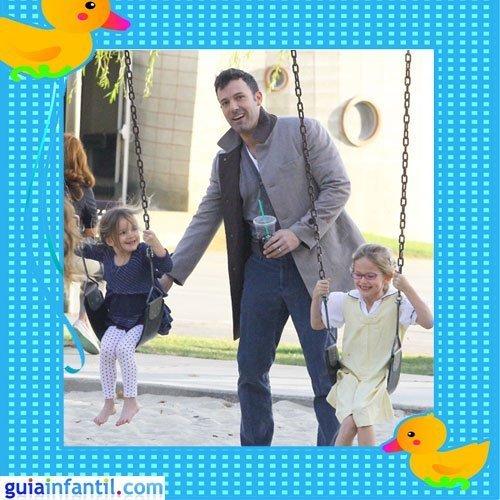 El actor Ben Affleck con sus dos hijas en el parque