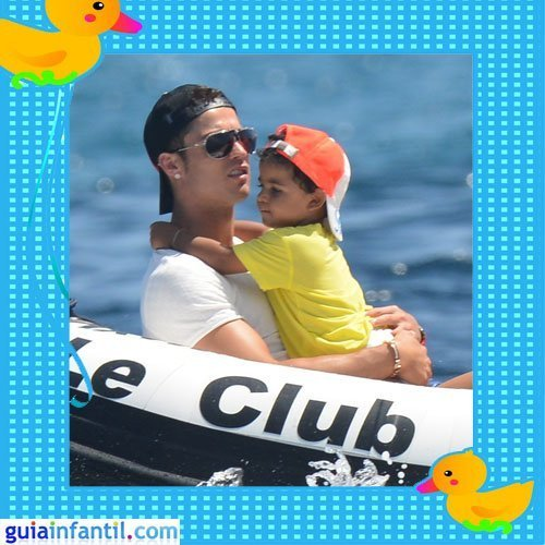 El futbolista Cristiano Ronaldo de vacaciones con su hijo