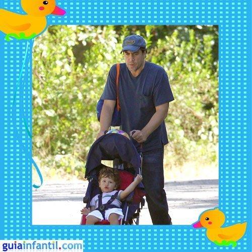 El actor Javier Bardem con su primer hijo Leo