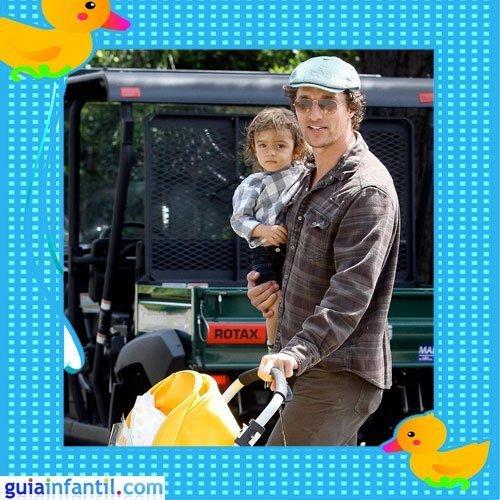 El atractivo actor Matthew McConaughey con su hijo mayor Levi