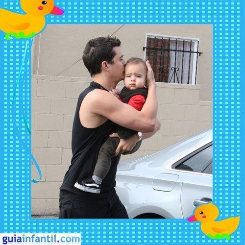 El guapo actor Orlando Bloom con su hijo Flynn
