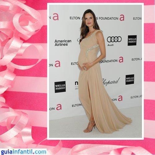 La modelo Alessandra Ambrosio embarazada con vestido largo crudo