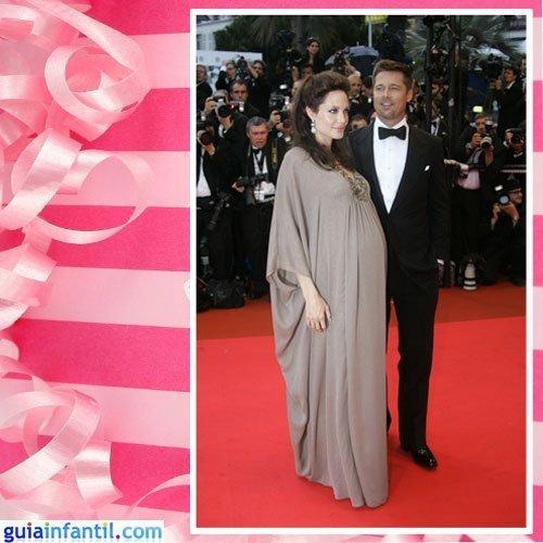 La actriz Angelina Jolie embarazada con un vestido de corte clásico