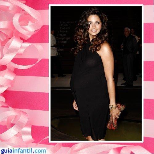 La modelo Camila Alves embarazada con vestido corto negro