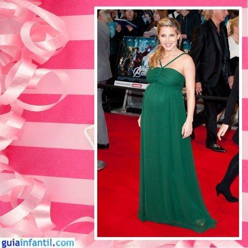 La actriz Elsa Pataky embarazada con vestido largo de corte griego