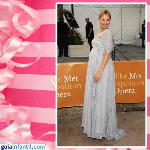 La modelo Karolina Kurkova embarazada con vestido clásico y pedrería