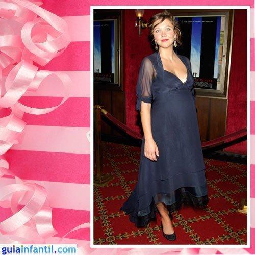 La actriz Maggie Gyllenhaal embarazada con un vestido azul corto