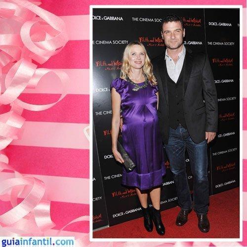 La actriz Naomi Watts embarazada con un vestido de raso morado