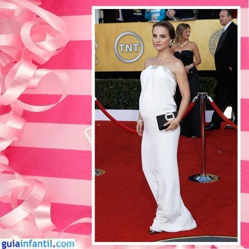La actriz Natalie Portman embarazada con un vestido blanco largo palabra de honor