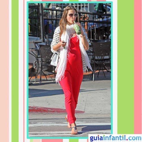 La modelo Alessandra Ambrosio embarazada con un vestido de calle rojo