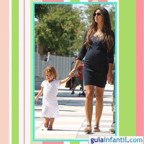 La modelo Camila Alves embarazada con un vestido corto de algodón azul