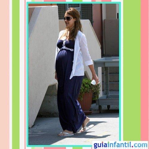 La actriz Jessica Alba embarazada con vestido de calle largo azul marinero