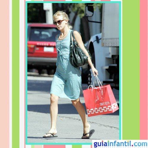 La actriz Kate Hudson embarazada con vestido de verano de rayas