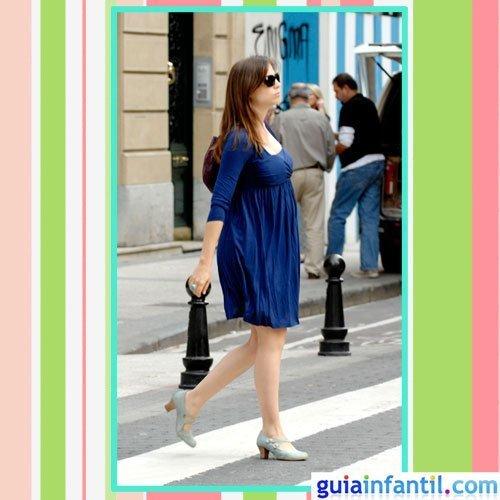 La actriz Leonor Watling embarazada con vestido de verano azul eléctrico