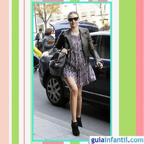 La modelo Miranda Kerr embarazada con vestido de primavera estampado de flores