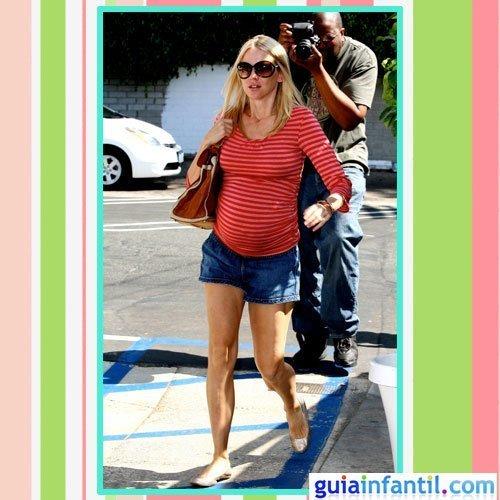 mejor servicio 7cf33 dd9a1 La actriz Naomi Watts embarazada con falda vaquera corta y ...