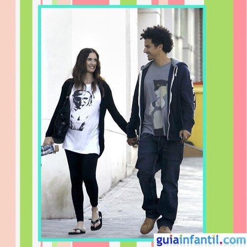 La actriz Paz Vega embarazada con look de primavera rockero