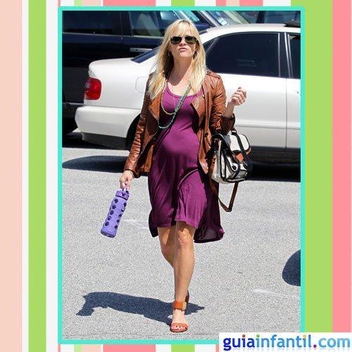 La actriz Reese Witherspoon embarazada con vestido de primavera y cazadora