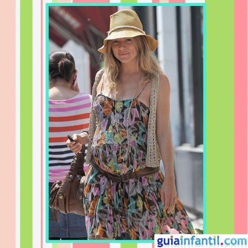 La actriz Sienna Miller embarazada con vestido de primavera hippie