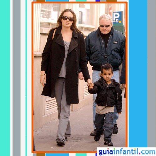 La actriz Angelina Jolie embarazada con abrigo negro de paño y ropa sport gris