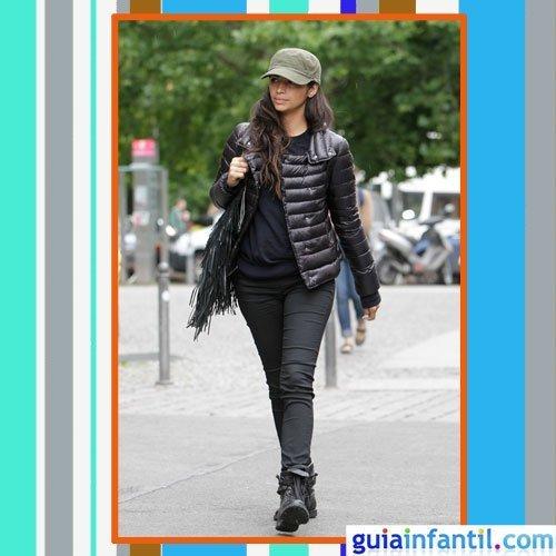 La modelo Camila Alves embarazada con plumífero negro