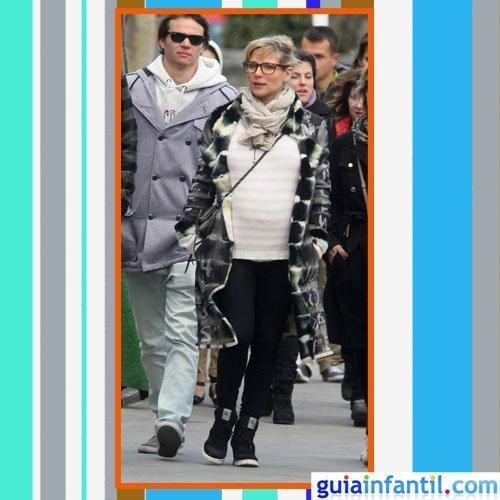La actriz Elsa Pataky embarazada con abrigo de pelo, leggins y jersey de lana