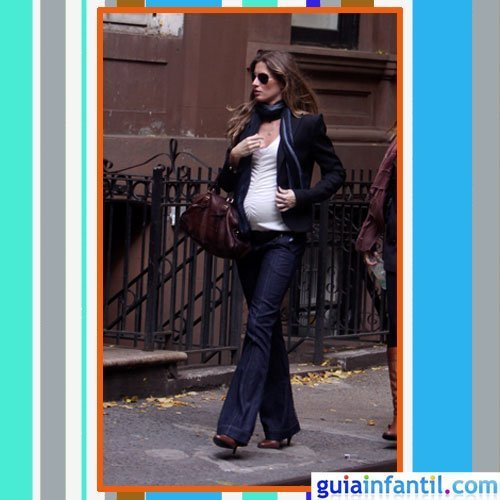La modelo Gisele Bundchen embarazada con vaqueros y cazadora