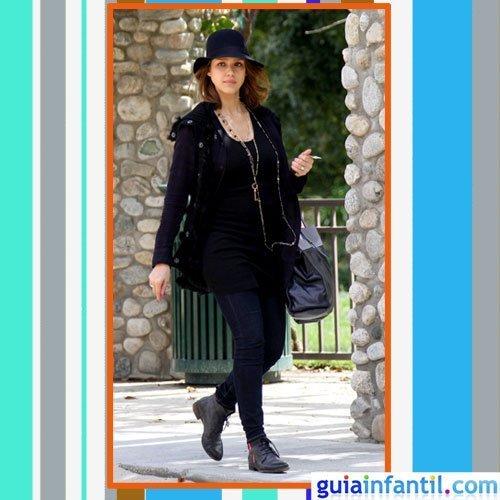 La actriz Jessica Alba embarazada con abrigo negro, vaqueros y sombrero de ala