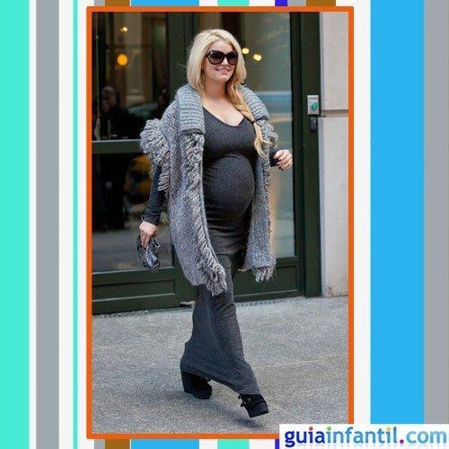 La cantante Jessica Simpson embarazada con vestido largo y chaquetón de lana