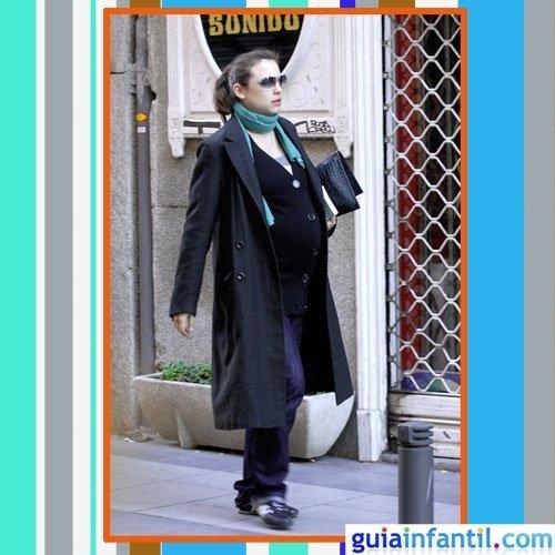 La actriz Leonor Watling embarazada con abrigo de solapas y deportivas