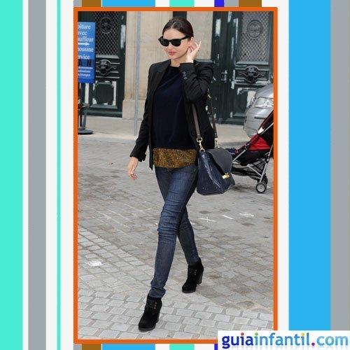 La modelo Miranda Kerr embarazada con vaqueros, americana y botines de ante