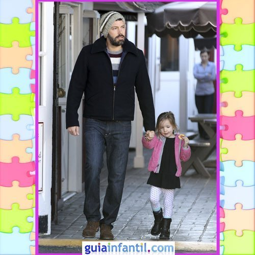 La hija de Ben Affleck con vestido negro y medias de topos