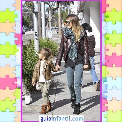 La hija de Jessica Alba con un modelo casual con botas y cazadora de cuero