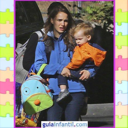 El hijo de Natalie Portman con vaqueros y chubasquero
