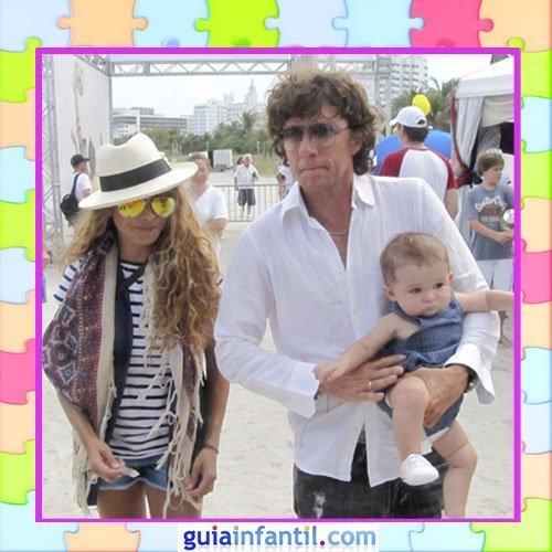 El hijo de Paulina Rubio con un look veraniego con peto vaquero