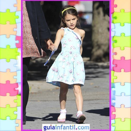 La hija de Tom Cruise con un vestido de verano asimétrico.