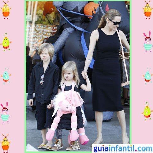 La actriz Angelina Jolie viste como sus hijas Shiloh y Vivienne