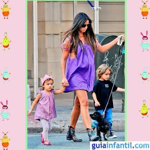 La modelo Camila Alves y su hija Vida con un vestido morado