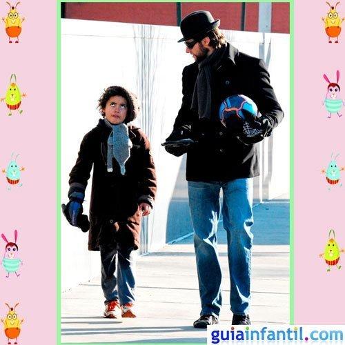 El actor Hugh Jackman y su hijo Óscar con la misma moda de invierno