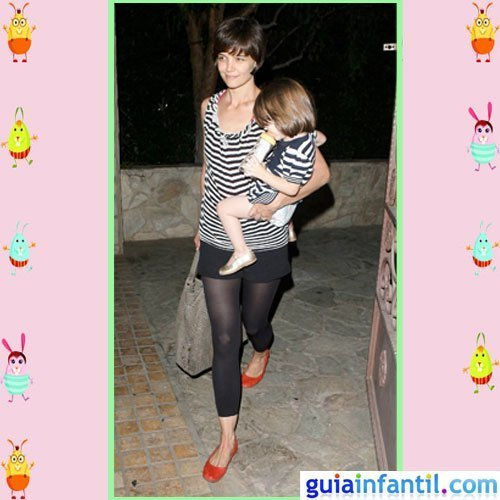 La actriz Katie Holmes y Suri Cruise con camisetas marineras de rayas