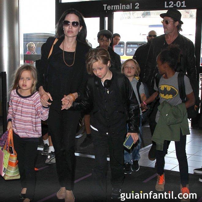 Brad Pitt y Angelina Jolie con sus hijos mellizos