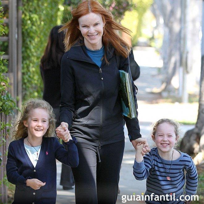 La actriz Marcia Cross pasea con sus hijas gemelas